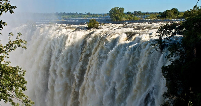 Visit Victoria Falls before of after a canoe safaris