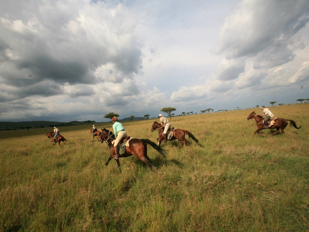 galloping-across-the-plains-kenya-riding-safari