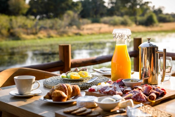 Breakfast-River-Sanctuary-Chiefs-Camp-Okavango-Delta-Botswana-600-400